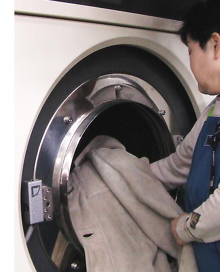 ロイヤルトーンジャパンでは毛皮やレザーウェアもドライ機一台でOK!ドライ機は中古でもOKです!